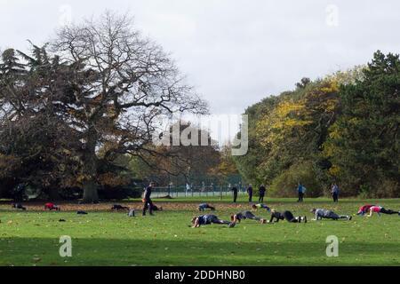 Menschen, die im Greenwich Park vor der nationalen Sperre Sport treiben Begann im Dezember 2020, um die Ausbreitung von covid19 zu verhindern England
