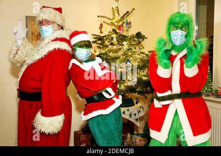 Der Weihnachtsmann überzeugte den Grinch und Frau Grinch, eine Schutzmaske zu tragen. GEEK ART - Bodypainting und Transformaking: 'Der Grinch stiehlt Weihnachten' Fotoshooting mit Enrico Lein als Grinch, Maria Skupin als Frau Grinch und Fabian Zesiger als Weihnachtsmann in der Villa Czarnecki in Hameln am 30. November 2020 - EIN Projekt des Fotografen Tschiponnique Skupin und des Bodypainters Enrico Lein