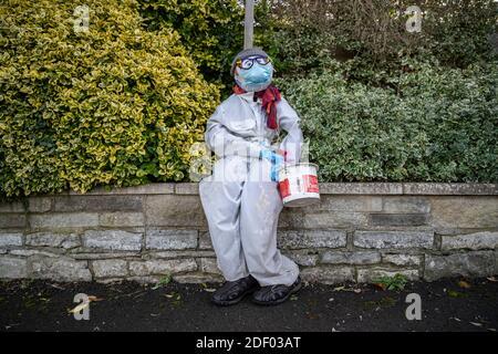 Coronavirus: Lockdown Vogelscheuche Charaktere bringen einige lokale hausgemachte Humor in die Stadt Marston Magna in Somerset, Großbritannien.
