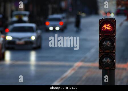 Nachhaltiger Verkehr. Fahrradverkehrssignal, rote Ampel, Stoppschild, Rennrad, kostenlose Fahrradzone oder -Bereich, Bike-Sharing, mit Verkehr im Hintergrund
