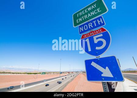 Blick auf Schild und Highway 15 in der Nähe von Las Vegas, Nevada, Vereinigte Staaten von Amerika, Nordamerika Stockfoto