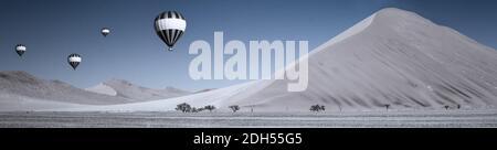 Dünen und Luftballons in der Namib-Wüste bis zum Horizont, Namibia, Afrika.