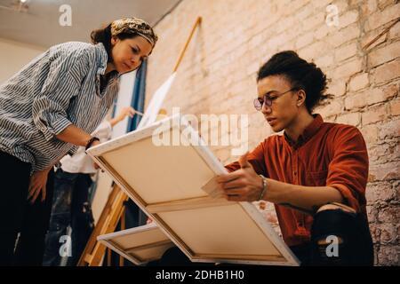 Low-Angle-Ansicht der weiblichen Trainerin mit Künstlerin bei der Kunst studio - Stockfoto