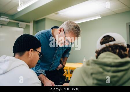 Männliche Lehrer unterrichten von Schülern im Klassenzimmer