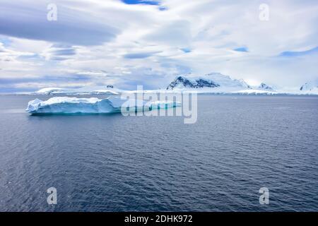 Ein wunderschöner blauer Eisberg, der vor der Antarktis schwimmt.