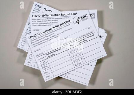 Impfpass-Karten werden für die Verteilung vorbereitet, da medizinisches Personal an einer Probe für die Verabreichung des Pfizer-Coronavirus-Impfstoffs (COVID-19) an der Indiana University Health in Indianapolis, Indiana, USA, am 11. Dezember 2020 teilnehmen. REUTERS/Bryan Woolston