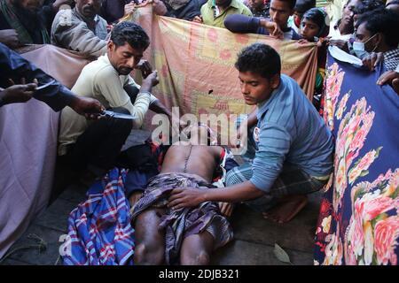 (ANMERKUNG DER REDAKTION: Bild zeigt den Tod)die Einheimischen bereiten sich darauf vor, im Dorf Baliadangi in Thakurgaon eine Leiche von Rabiul Islam, einem Arbeiter aus Bangladesch, zu begraben, der von der indischen Grenzschutztruppe (BSF) erschossen wurde. Der Mann zusammen mit seinen Mitarbeitern beschlossen, die Grenze in Betna zu überqueren und Einbruch in Indien früh am Dienstag, um nach Hause Vieh illegal Polizeibeamte berichteten. In den ersten zehn Monaten des Jahres 2020 wurden an der Grenze zwischen Indo und Bangla insgesamt 40 Menschen getötet. Stockfoto