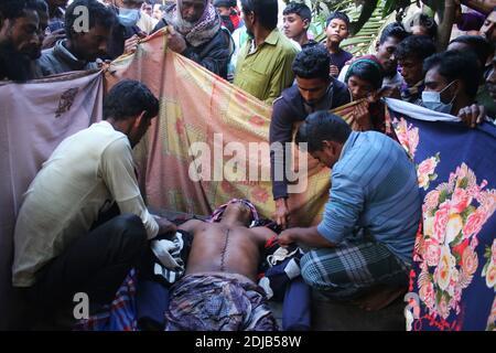 Thakurgaon, Bangladesch. Dezember 2020. (ANMERKUNG DER REDAKTION: Bild zeigt den Tod).Einheimische bereiten sich darauf vor, eine Leiche von Rabiul Islam, einem Arbeiter aus Bangladesch, zu begraben, der von der indischen Grenzschutztruppe (BSF) erschossen wurde. Im Dorf Baliadangi in Thakurgaon.der Mann zusammen mit seinen Mitarbeitern beschlossen, die Grenze zu Betna zu überqueren und Einbruch in Indien früh am Dienstag, um nach Hause zu bringen Rinder illegal Polizeibeamte gemeldet. In den ersten zehn Monaten des Jahres 2020 wurden an der Grenze zwischen Indo und Bangla insgesamt 40 Menschen getötet. (Bild: © Sultan Mahmud Mukut/SOPA Bilder vi Stockfoto