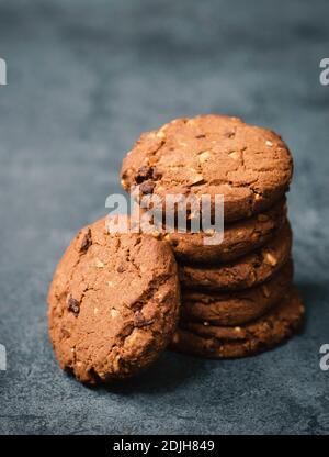 Cookies mit Haselnüssen und Schokolade, dunkle launische Süßigkeiten, leere Textstelle