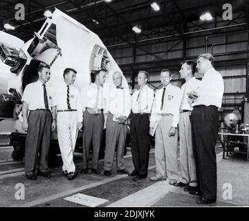 Dr. Wernher von Braun, Direktor der Entwicklungsabteilung der U.S. Army Ballistic Missile Agency (ABMA), wird gezeigt, wie er die sieben ursprünglichen Mercury-Astronauten im Fabrication Laboratory von ABMA informiert. (Von links nach rechts) Guss Grissom, Walter Schirra, Alan Shepard, John Glenn, Scott Carpenter, Gordon Cooper, Donald Slayton und Dr. von Braun. Foto der NASA via CNP/ABACAPRESS.COM