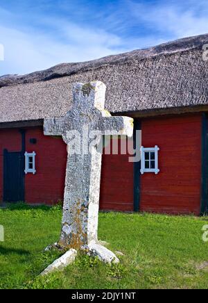 Europa, Schweden, Smaland, Insel Öland, Steinkreuz (Martinus Kreuz) bei Föra (15. Jahrhundert), Bauernhof mit Strohdach
