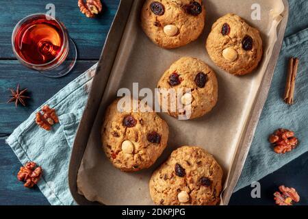 Vintage Rock Cookies, hausgemachte Kekse mit Gesichtern, von oben mit einem Drink erschossen