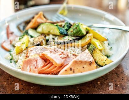 Nahaufnahme einer Mahlzeit mit glutenfreiem Lachs, serviert auf dem Teller