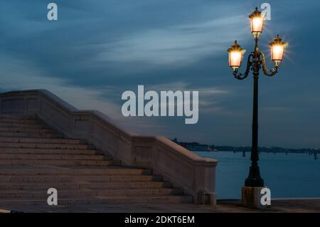 Steinbrücke in Venedig Crosswalk und handgemachte gusseiserne Lampe Eingeschaltet