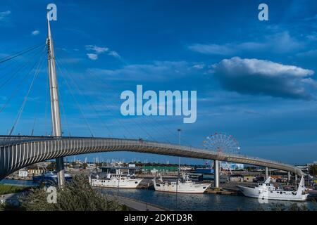 Panoramablick auf die Ponte del Mare, eine Fahrrad-Fußgängerbrücke, die die Südküste mit dem Norden des Flusses Pescara verbindet.