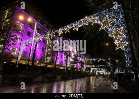 Panepistimiou Straße, die für Weihnachten geschmückt ist, ist während Covid leer - 19 Lockdown Maßnahmen im Zentrum von Athen.