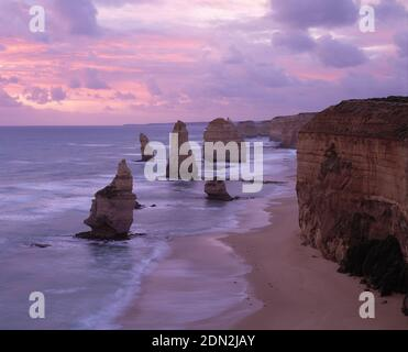 Australien. Victoria. Port Campbell National Park. Great Ocean Road Küste. Klippen und die 12 Apostel Felsformationen.