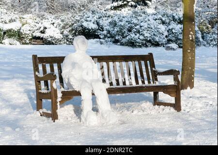 Schneemann auf der Bank, Parliament Hill, Hampstead Heath, London, Großbritannien. Januar 2010 - Stockfoto