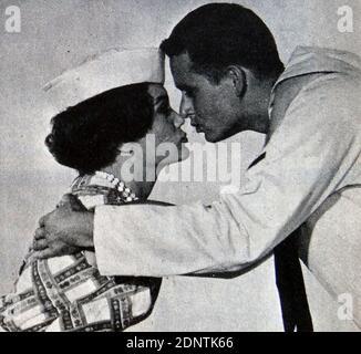 Filmstill von Connie Francis (1937-) und Roger Perry (1933-2018) aus 'Follow the Boys'.