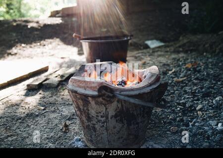 Nahaufnahme des Feuers im Eimer auf dem Feld