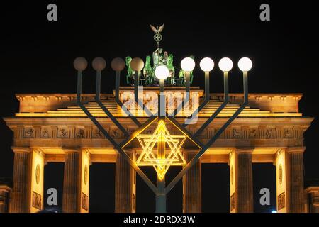 Brandenburger Tor und und Hanukkah Menorah in Berlin, Deutschland - Stockfoto
