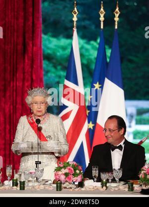 Die britische Königin Elizabeth II. Hält eine Rede, während der französische Präsident Francois Hollande nach den internationalen D-Day-Gedenkfeiern in der Normandie, anlässlich des 70. Jahrestages der Landung der Alliierten im Zweiten Weltkrieg in der Normandie, bei einem Staatsessen im Pariser Elysee-Präsidentenpalast zuhört. Foto von Hamilton/Pool/ABACAPRESS.COM
