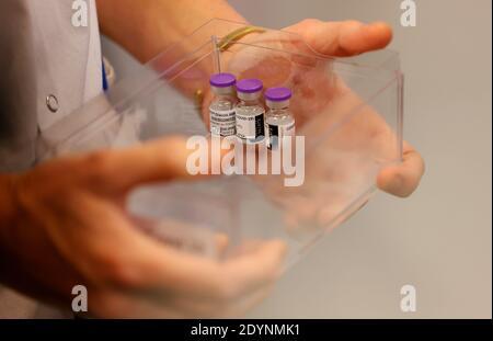 Dosen des Impfstoffes Pfizer-BioNTech Coronavirus Disease (COVID-19) werden am 27. Dezember 2020 im Rene-Muret Krankenhaus in Sevran, am Stadtrand von Paris, Frankreich, hergestellt. Thomas Samson/Pool via REUTERS