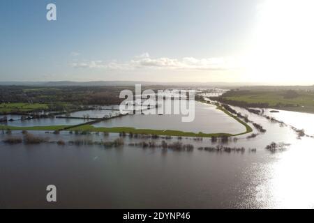 Upton upon Severn, Worcestershire, Großbritannien. Dezember 2020. Der geschwollene Fluss Severn, der seine Ufer vor Weihnachten platzte. In diesem Bereich gibt es noch mehrere Hochwasserwarnungen. PIC nach Kredit: Sam Holiday/Alamy Live Nachrichten