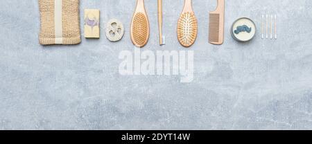 Zero Waste Bad Accessoires auf grauem Hintergrund. Natürliches Öko Bambus Produkt. Plastikfreies Beauty-Essentials.