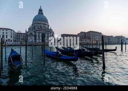 Venezianische Gondel bei Sonnenuntergang, Gondeln in Venedig mit Santa Maria della Salute Basilika im Hintergrund, Italien