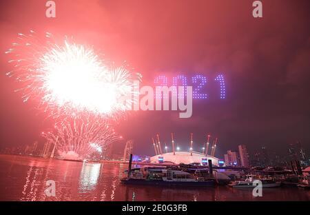 Feuerwerke und Drohnen beleuchten den Nachthimmel über London, da sie eine Lichtvorschau bilden, da Londons normales Silvesterfeuerwerk wegen der Coronavirus-Pandemie abgesagt wurde.