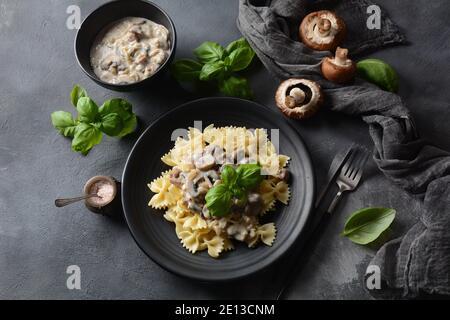 Cremige Pilz Fettuccini Alfredo Pasta. Italienisches Essen