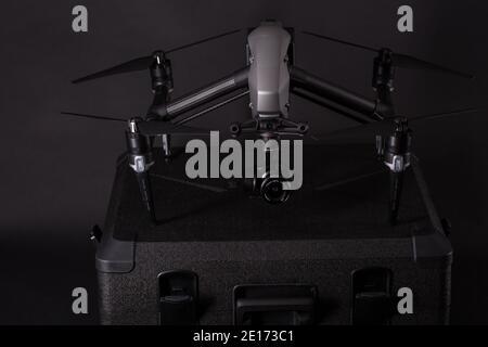 PECS, BARANYA, UNGARN - 19. FEBRUAR 2018: Brandneue DJI Inspire Quadcopter Drohne mit Zernmuse X5S Kamera und Olympus 12mm Objektiv auf schwarzer Studiorückseite
