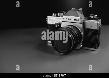 spiegelreflexkamera und Objektiv mit Vintage-Film. Objektive mit manuellem Fokus. Stockfoto