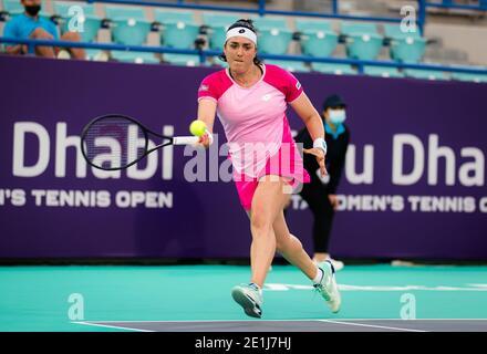 Ons Jabeur von Tunesien im Einsatz gegen Anastasia Pavlyuchenkova von Russland während der ersten Runde der 2021 Abu Dhabi WTA Frauen & / lm