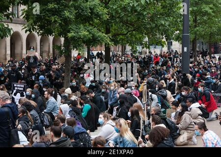 Manchester, Großbritannien - 7. Juni 2020: Menschen in Manchester knien bei Anti-Rassismus-Protesten.