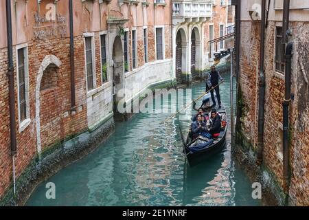 Traditionelle venezianische Gondel mit Touristen auf rio di Santa Maria Formosa Kanal in Venedig, Italien
