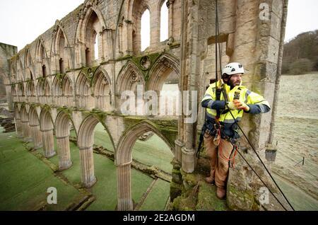 Der Steinmetz James Preston von SSH Conservation, untersucht die Rievaulx Abbey in North Yorkshire, da sich English Heritage darauf vorbereitet, wichtige Naturschutzarbeiten durchzuführen. English Heritage beauftragt eine Untersuchung der Abtei Rievaulx in einem fünfjährigen Zyklus, um den Zustand der Abtei vom Boden bis zur Spitze der Struktur zu beurteilen.