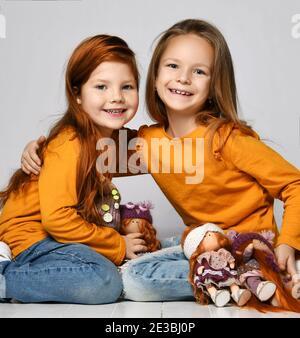 Zwei Heiße Freundinnen Spielen Mit Ihren Fotzen