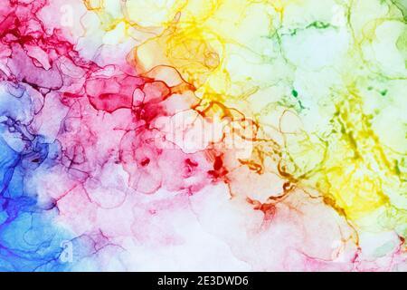 Nahaufnahme der abstrakten regenbogenfarbenen Alkoholtinte auf Weiß. Flüssige Tinte, farbenfrohe Vollformat texturierten Hintergrund. Lebendige Farben. Kunst für Design.