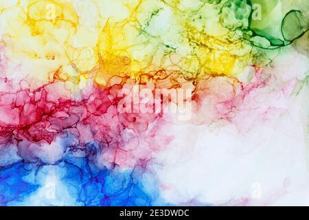 Makro-Nahaufnahme der abstrakten regenbogenfarbenen Alkoholtinte auf Weiß. Flüssige Tinte, farbenfrohe Vollformat texturierten Hintergrund. Lebendige Farben.