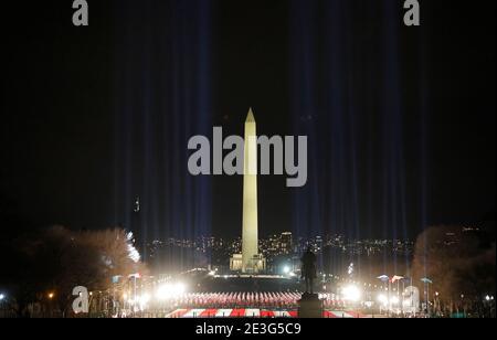 """Spotlights beleuchten den Himmel aus dem """"Feld der Flaggen"""" auf der National Mall zu Ehren der bevorstehenden Einweihung des US-Präsidenten Joe Biden in Washington, USA, 18. Januar 2021. REUTERS/Jim Bourg"""