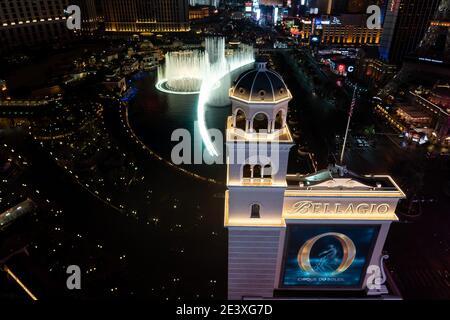 Die Springbrunnen von Bellagio setzen auf ihre Wassershow an Nacht auf dem Las Vegas Strip