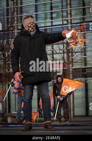 Einer der britischen Gasarbeiter vor dem Scottish Gas Call Center in Edinburgh hat am sechsten Tag eines siebentägigen Streiks über neue Verträge den neuen Vertrag in Brand gesetzt. Bilddatum: Freitag, 22. Januar 2021.