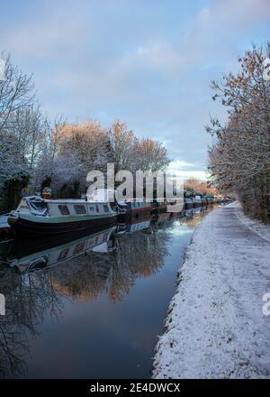 Reflexionen in einem Birmingham Kanal an einem verschneiten Morgen.