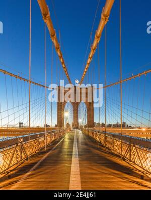 USA, New York, New York City, Brooklyn Bridge im Morgengrauen Stockfoto