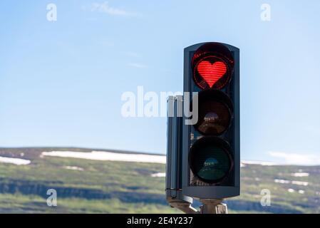 Ampel mit einem roten herzförmigen Signal