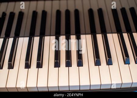 Klaviertasten schossen aus einem hohen Winkel dicht auf Stockfoto