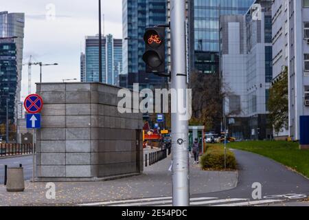 Fahrradampel in der Innenstadt von Warschau, Polen - Stockfoto