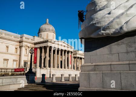 Kunstarbeiten Skulptur von Cremefliege und Drohne vor der National Gallery in Trafalgar Square, London, Großbritannien